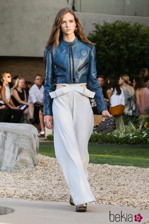 Mono blanco y cazadora de piel azul de la colección Crucero 2015/2016 de Louis Vuitton