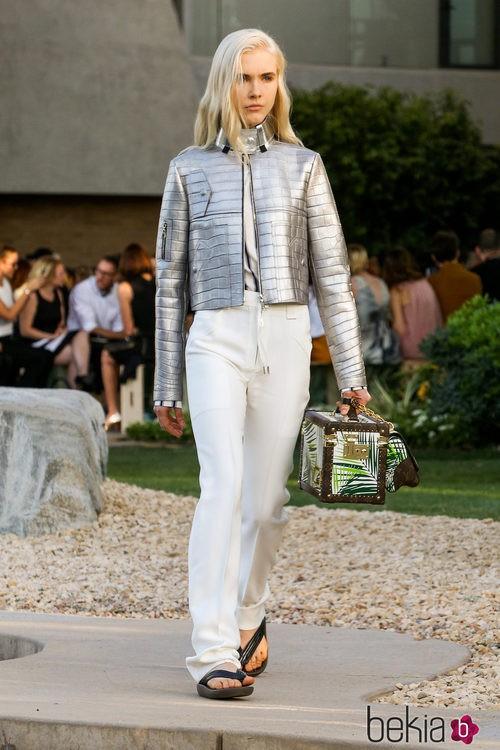 Pantalón blanco y chaqueta metalizada de la colección Crucero 2015/2016 de Louis Vuitton