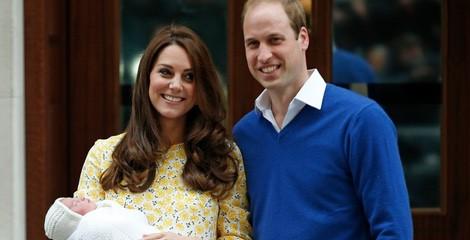 Los Duques de Cambridge presentando a su hija recién nacida a la salida del hospital