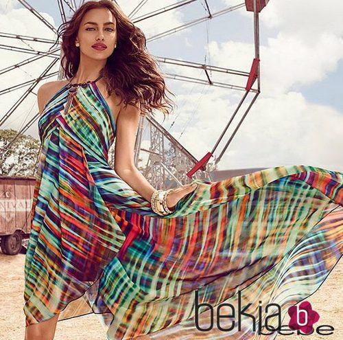 Irina Shayk con un vaporoso vestido multicolor de la colección primavera/verano 2015 de Bebe