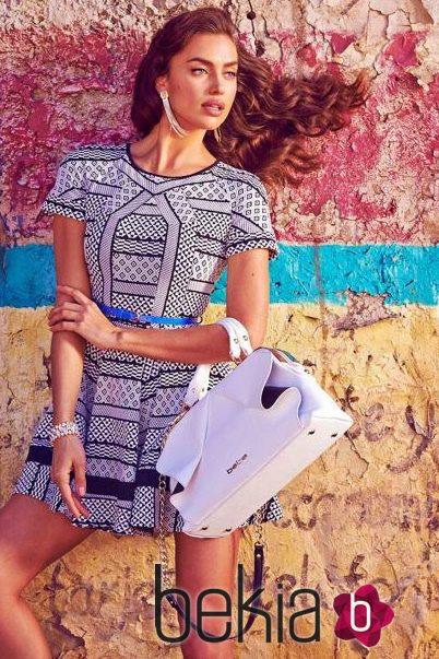 Irina Shayk con un vestido corto geométrico de la colección primavera/verano 2015 de Bebe