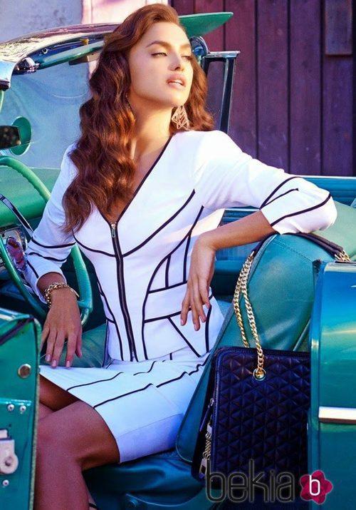 Irina Shayk con un traje blanco de falda de la colección primavera/verano 2015 de Bebe