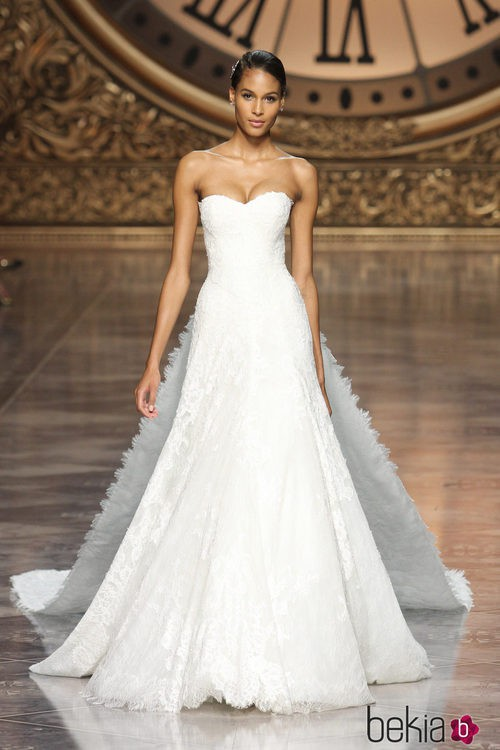 Cindy Bruna con un vestido palabra de honor de Pronovias en la Barcelona Bridal Week 2015