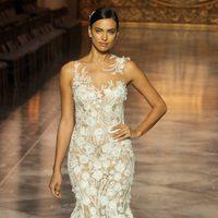 Irina Shayk desfilando para Pronovias en la Barcelona Bridal Week 2015