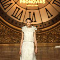 Blanca Padilla desfilando para Pronovias en la Barcelona Bridal Week 2015