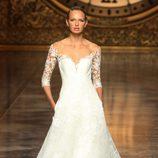 Vestido de novia con escote corazón de Pronovias en la Barcelona Bridal Week 2015