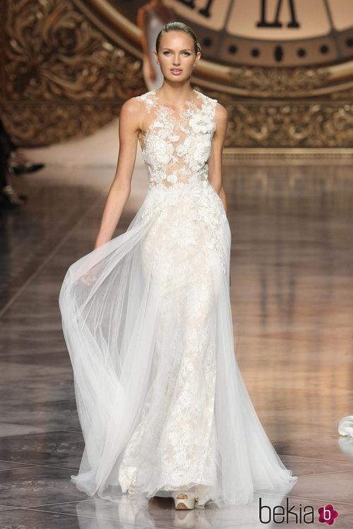 Vestido de encaje y tul de Pronovias en la Barcelona Bridal Week 2015