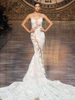 Irina Shayk con un vestido de cola de Pronovias en el desfile de la Barcelona Bridal Week 2015