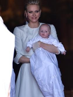 Charlene de Mónaco vestida de Dior en el bautizo de sus hijos Jacques y Gabriella