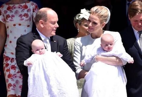 El Príncipe Jacques y la Princesa Gabriella con trajes de Dior en su bautizo