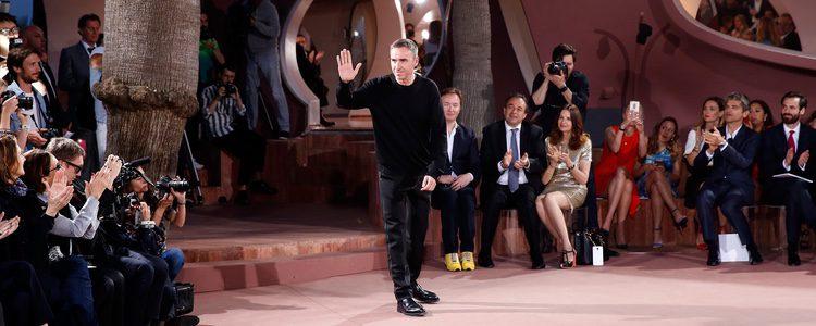 Raf Simons en el desfile Crucero 2015 de Dior