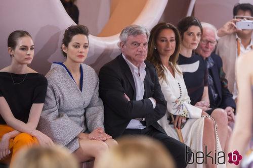 Marion Cotillard, Sidney Toledano y Laura love en el desfile Crucero 2015 de Dior