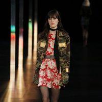 Vestido floreado de la primavera/verano 2015 de Saint Laurent en la Semana de la Moda de París