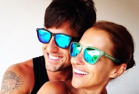 Paula Echevarría y David Bustamante luciendo gafas Hawkers
