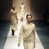 Falda y jersey de la colección de Victoria Beckham en Singapur