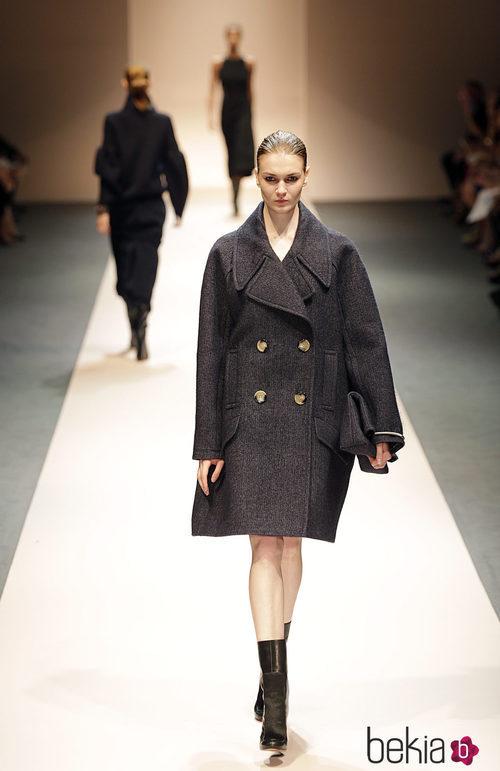 Abrigo oversize de la colección de Victoria Beckham en Singapur