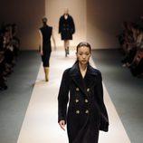 Abrigo oversize negro de la colección de Victoria Beckham en Singapur
