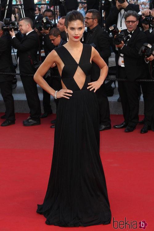 Sara Sampaio con un vaporoso vestido negro en el Festival de Cannes 2015