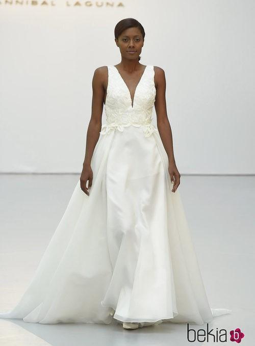 Vestido de novia con escote de pico de Hannibal Laguna