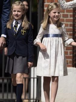 La Princesa Leonor, uniformada en su Primera Comunión, y la Infanta Sofía, vestida de Nanos