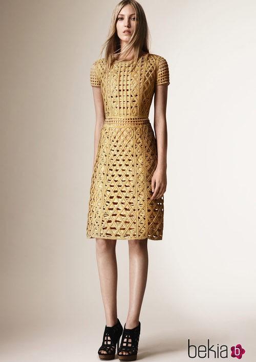 Vestido color oro de la colección Crucero 2016 de Burberry Prorsum