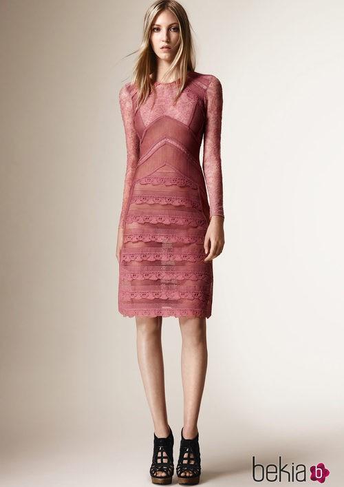 Vestido rosa de encaje de la colección Crucero 2016 de Burberry Prorsum