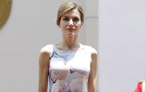 La Reina Letizia con un vestido de Hugo Boss en El Salvador