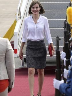 La Reina Letizia con blusa y falda de Hugo Boss a su llegada a Honduras