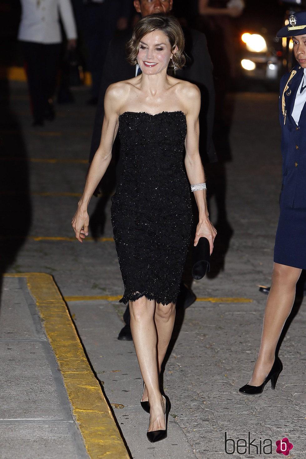 La Reina Letizia luciendo un vestido negro de Felipe Varela en Honduras