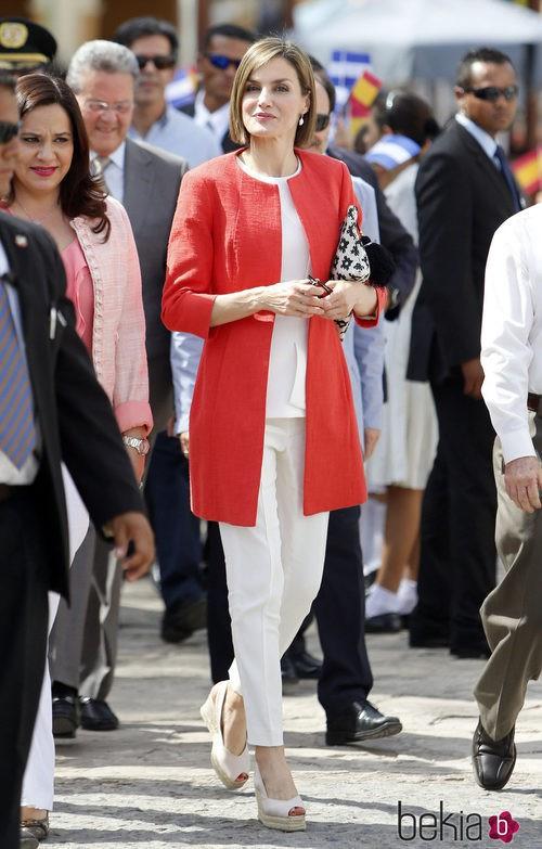 La Reina Letizia opta por un conjunto blanco de Hugo Boss y un abrigo de Adolfo Domínguez