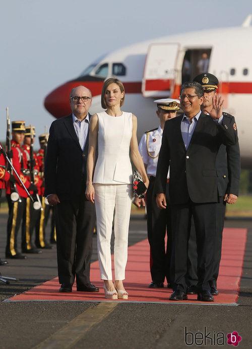 La Reina Letizia con un pantalón y una camisa de Hugo Boss en El Salvador