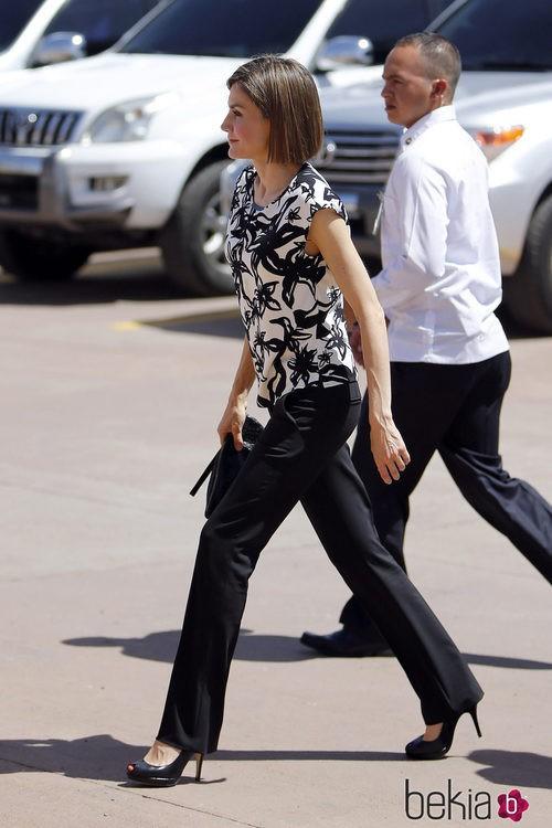 La Reina Letizia con camisa estampada de Mango y pantalón negro de Hugo Boss en Honduras