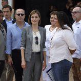 La Reina Letizia con un traje gris de Hugo Boss y una camisa de algodón blanca en El Salvador