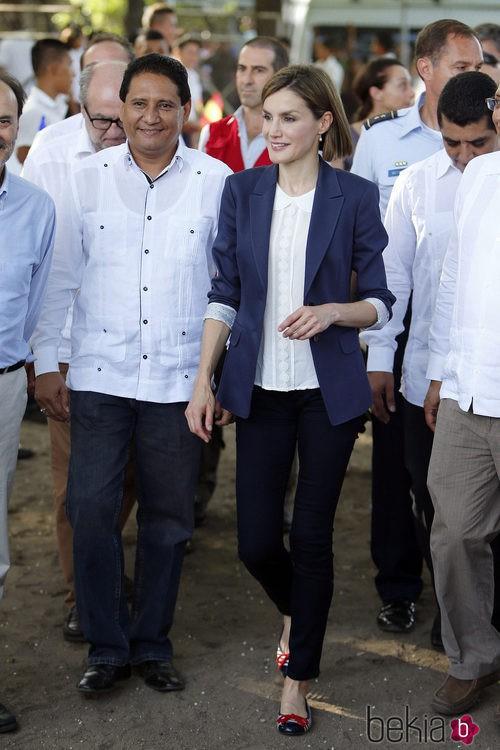 La Reina Letizia luciendo un traje de Hugo Boss y una camisa de Mango en El Salvador