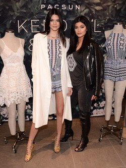 Kendall y Kylie Jenner presentando su colección de verano 2015 para PacSun