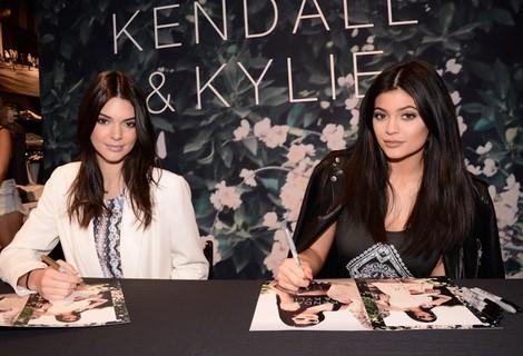 Kendall y Kylie Jenner firmando catálogos de su nueva colección para PacSun