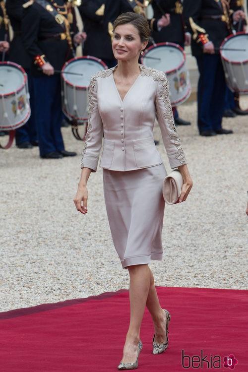 La Reina Letizia con un dos piezas de Felipe Varela en París