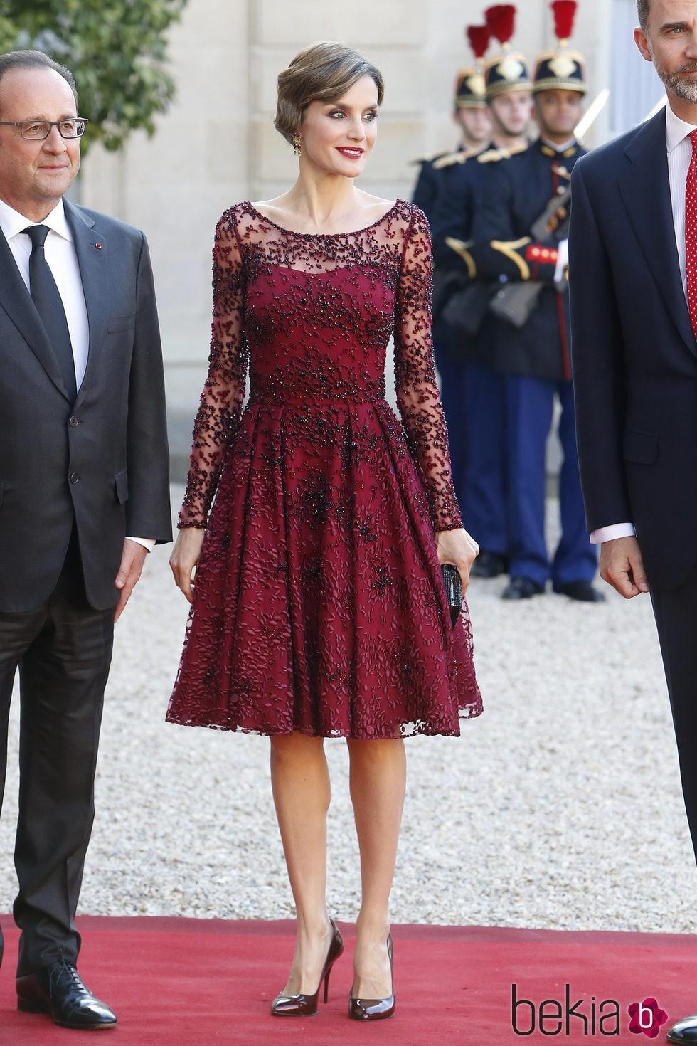 La Reina Letizia con un vestido de tul y color marsala de Felipe Varela en París