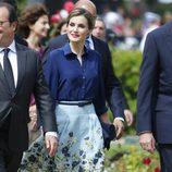 La Reina Letizia con un look primaveral de Carolina Herrera en París