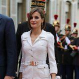 La Reina Letizia con un conjunto blanco de Felipe Varela en París