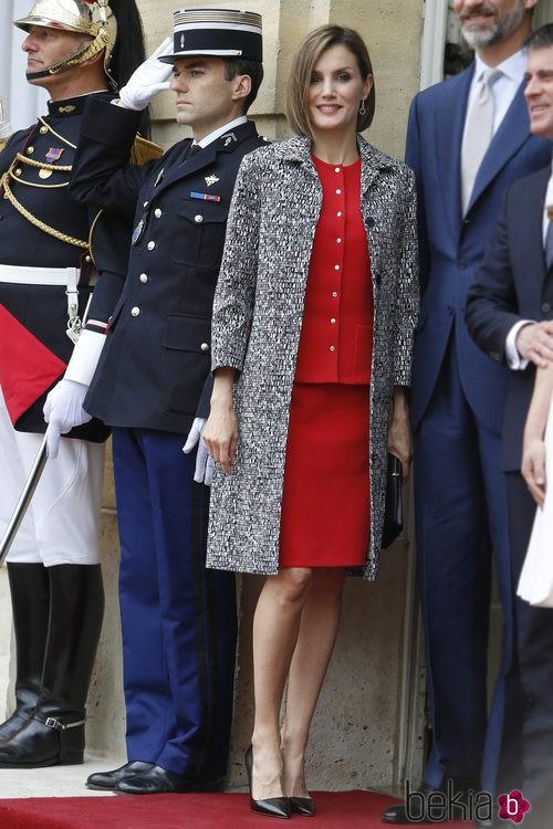 La Reina Letizia con un dos piezas rojo y abrigo de Nina Ricci en París