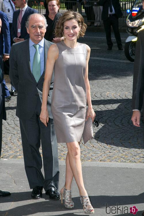 La Reina Letizia con un vestido de cuero en color gris en su viaje a París