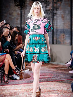 Vestido con motivos naturales bordados de la colección Crucero 2016 de Gucci