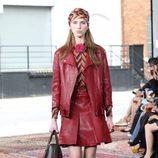 Chaqueta y falda de cuero de la colección Crucero 2016 de Gucci