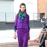 Pantalón y abrigo lila de la colección Crucero 2016 de Gucci
