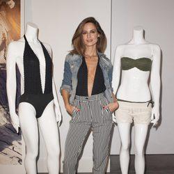 Ariadne Artiles con dos de los modelos de su colección cápsula para Yamamay