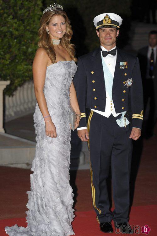 Carlos Felipe de Suecia con traje oficial negro, banda azul celeste y pajarita negra