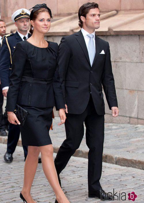 Carlos Felipe de Suecia con un traje negro y una corbata azul celeste