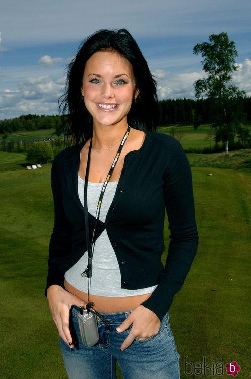 Sofia Hellqvist con pantalón vaquero, camiseta básica y chaqueta oscura