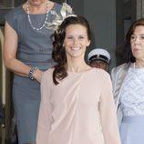 Sofia Hellqvist con un vestido beige claro en el bautizo de Estela de Suecia